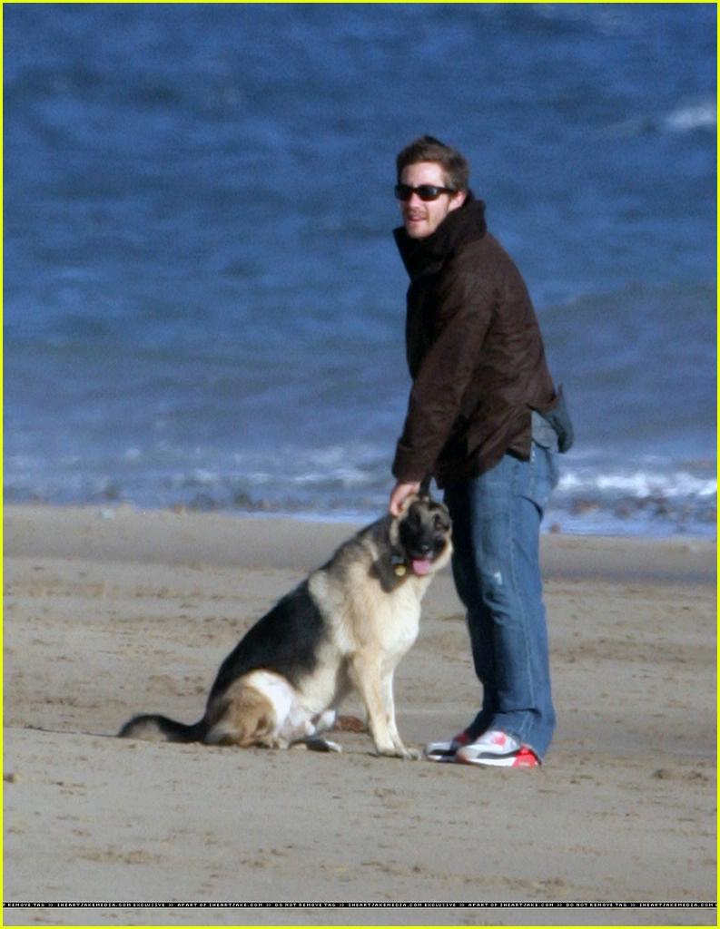 jake gyllenhaal beach3... Jake Gyllenhaal