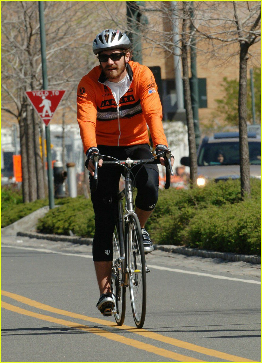 jake gyllenhaal riding bicycle02