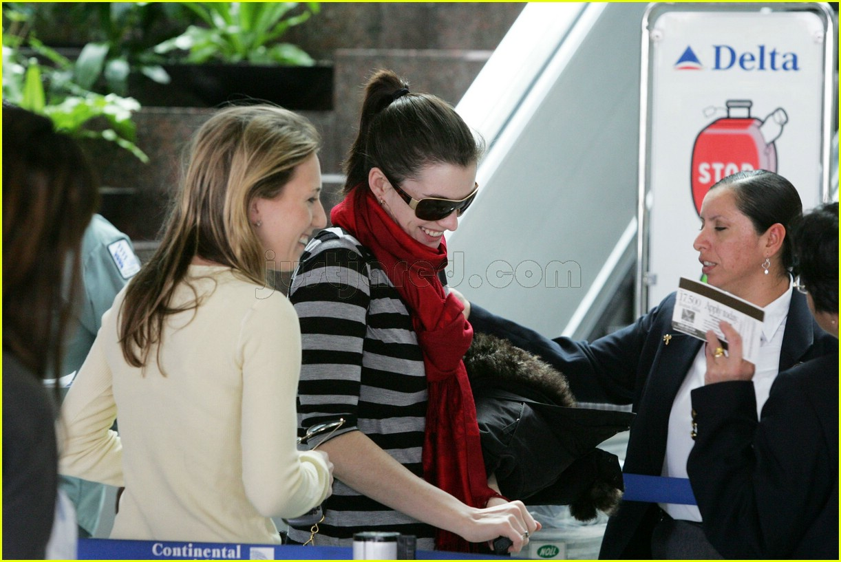 anne hathaway airport sunglasses 03