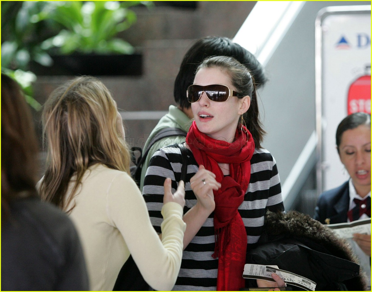 anne hathaway airport sunglasses 122415031
