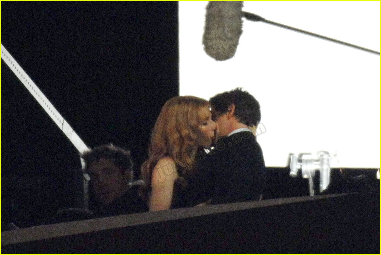 gwyneth paltrow kissing robert downey jr 01