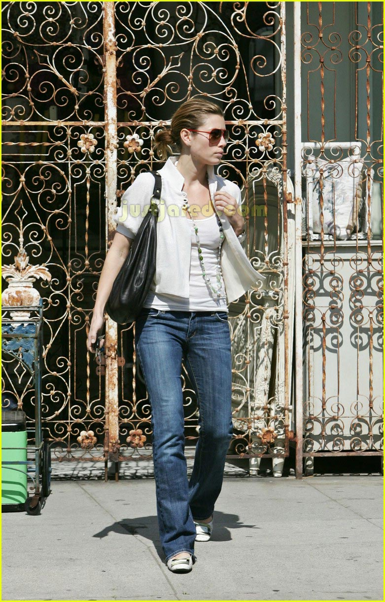 jessica biel taking pictures with camera 12