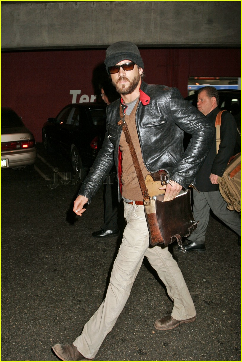 ryan reynolds airport 03