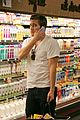 jake gyllenhaal grocery shopping 03
