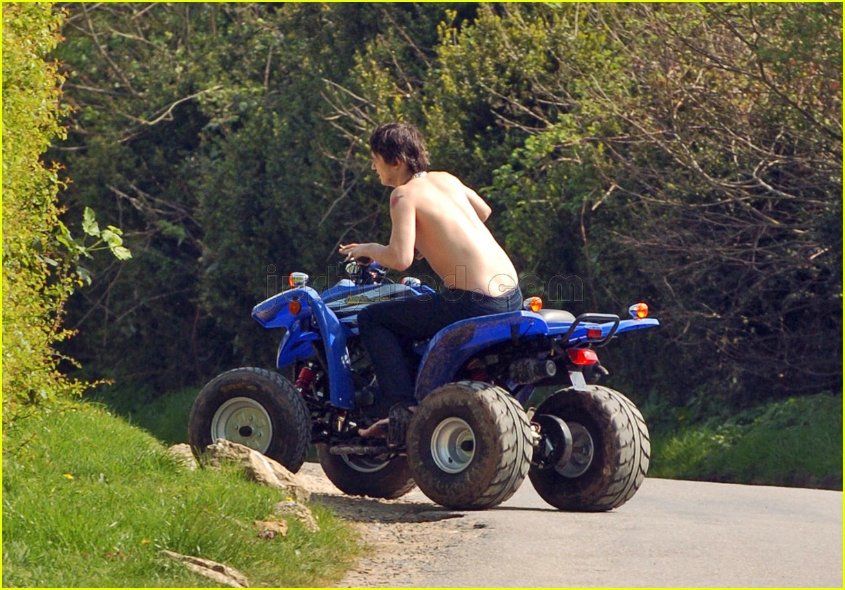 pete doherty shirtless 02