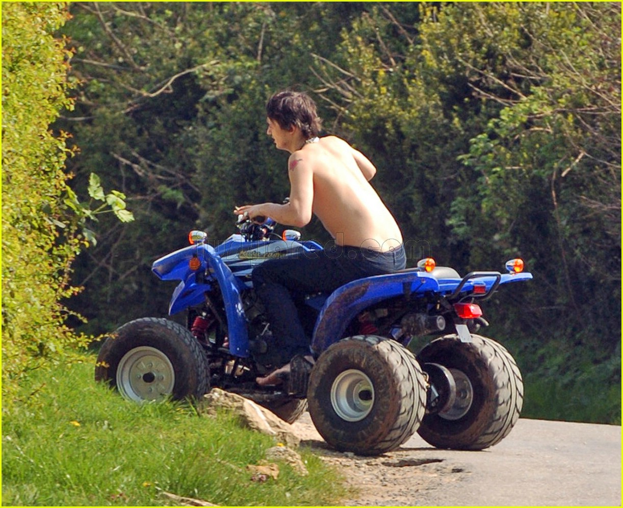 pete doherty shirtless 03