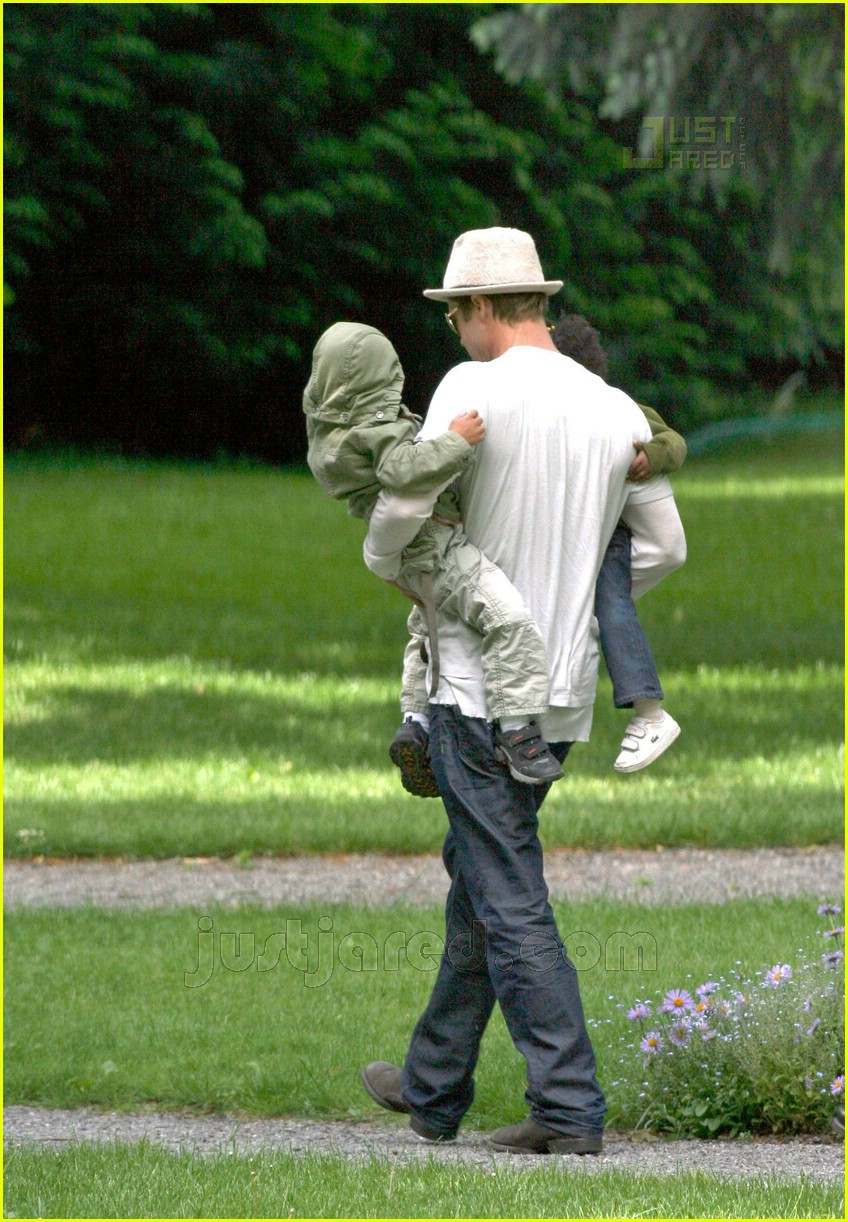 02 brad pitt carrying pax and zahara