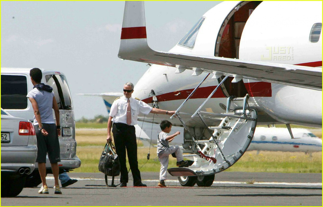 jolie pitts private jet 03