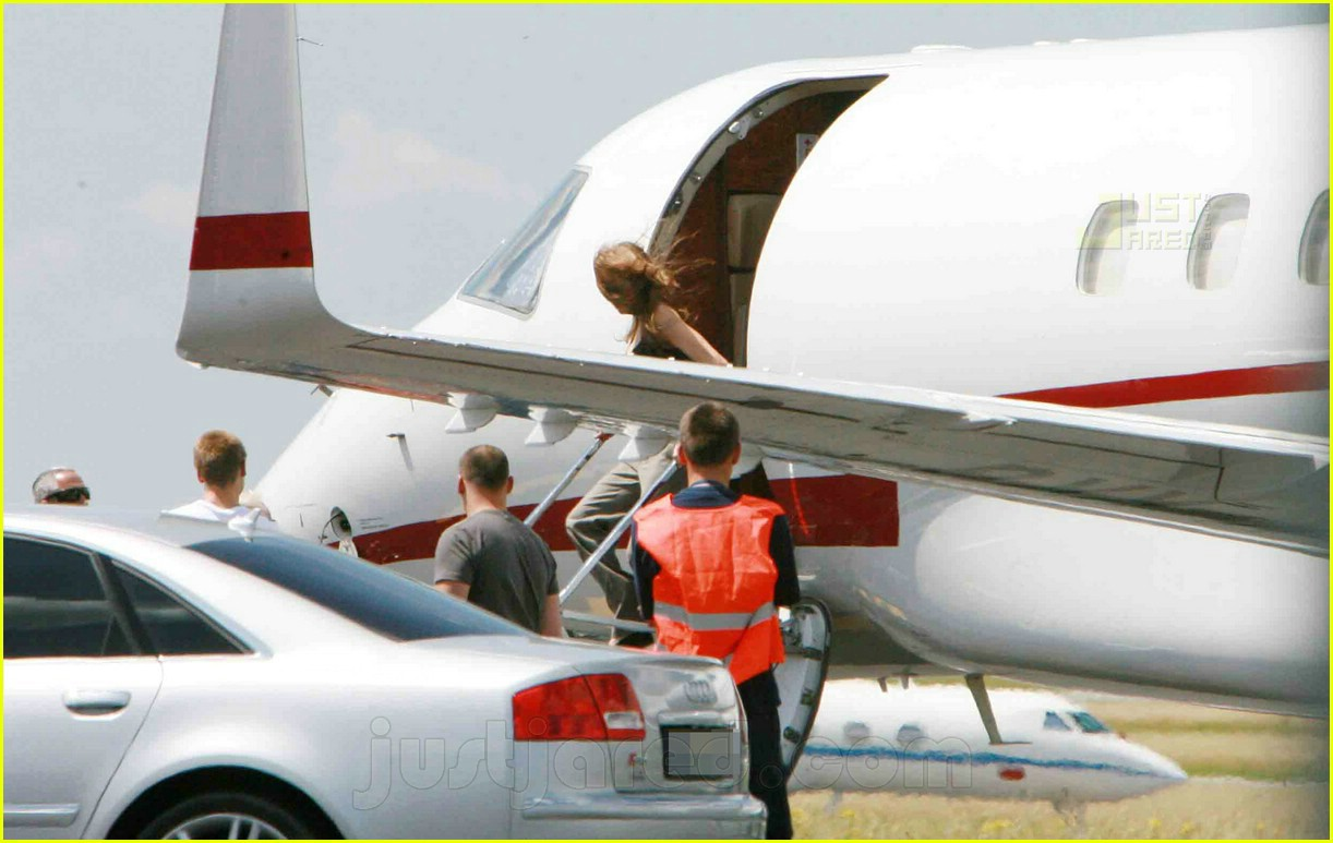 jolie pitts private jet 07