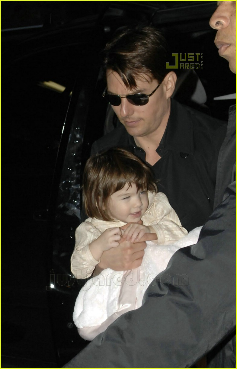 suri cruise eyes wide shut 01