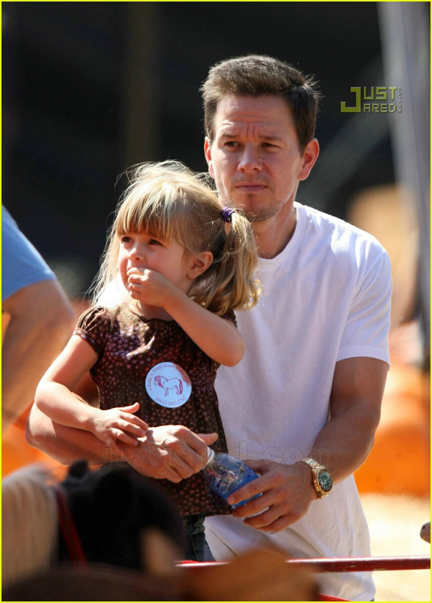 mark wahlberg pumpkin picking 04658321