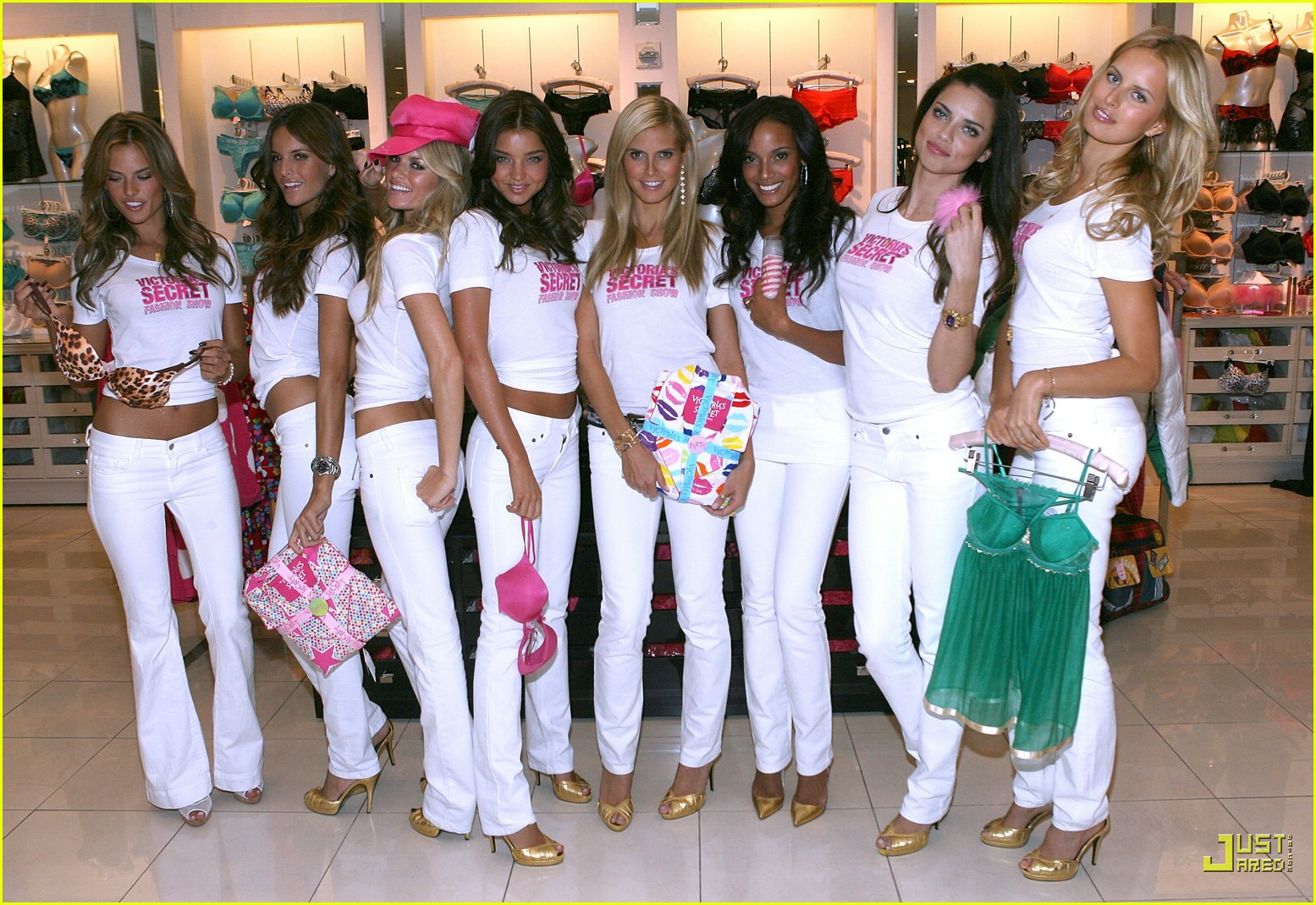 alessandra ambrosio victorias secret fashion show 2007 32735171