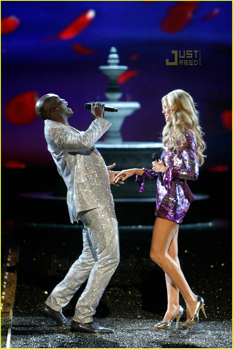 heidi klum seal sing vs fashion show 03737631