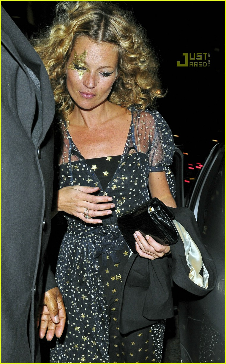 kate moss 34th birthday party 03