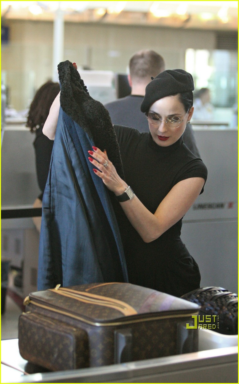 dita von teese airport 03