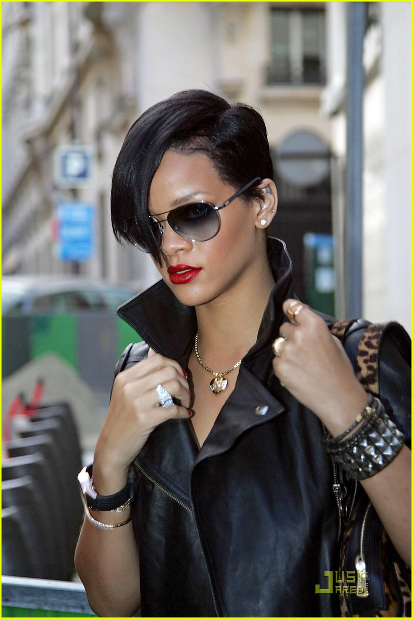 rihanna louis vuitton eyes 01