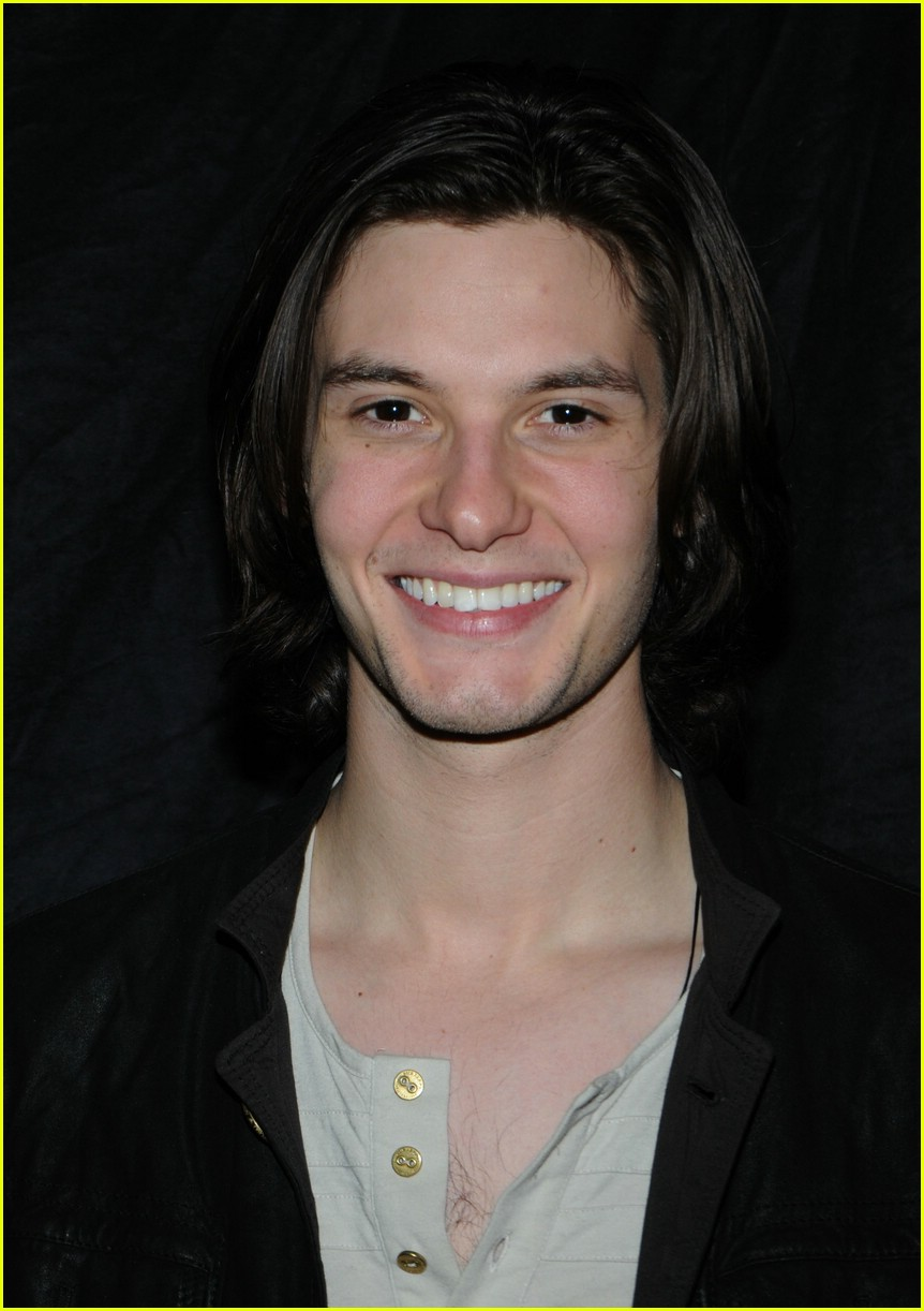 william moseley ben barnes hug 021077341