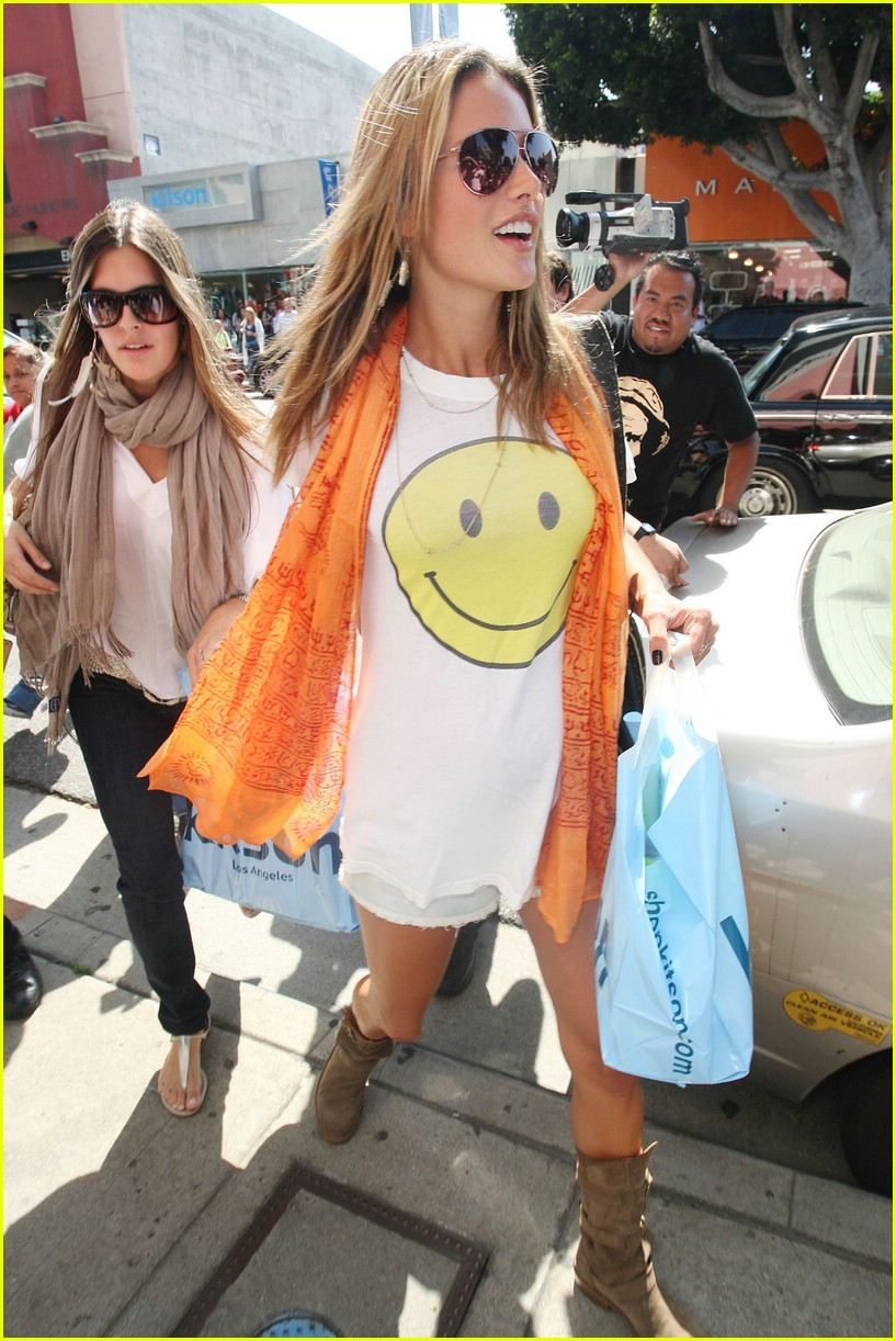 alessandra ambrosio smiley face 31