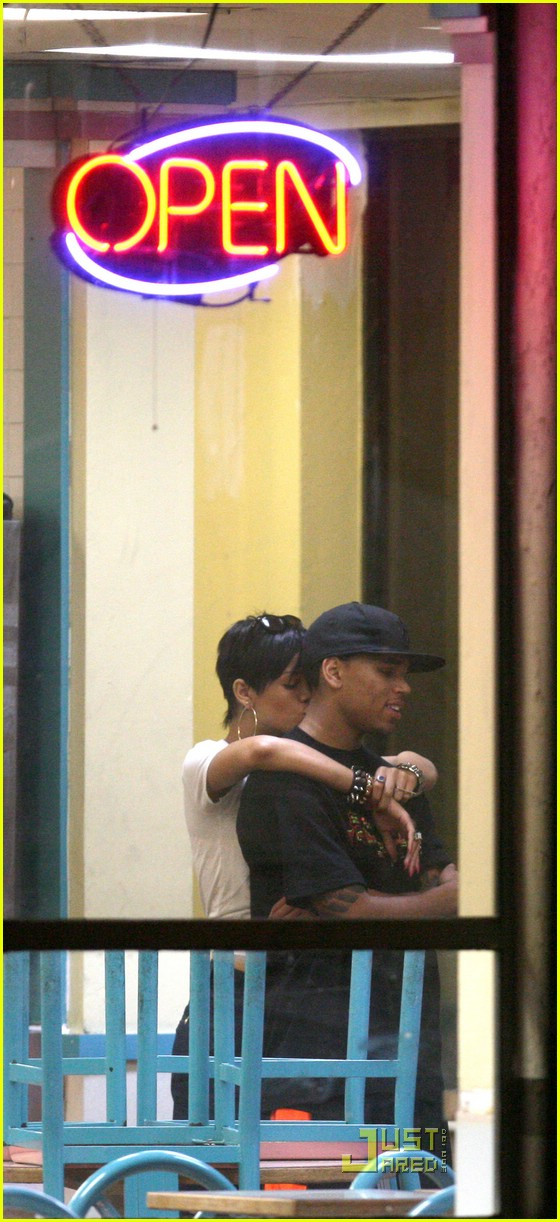 rihanna chris brown kfc kiss 04