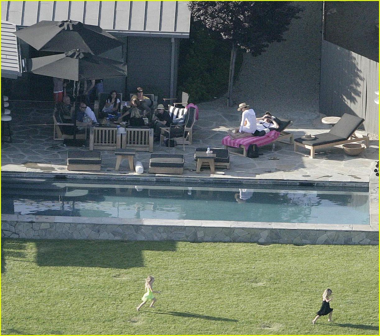 courteney cox has a backyard bbq photo 1191841 courteney cox