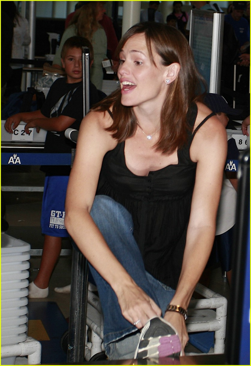 jennifer garner security smile 03