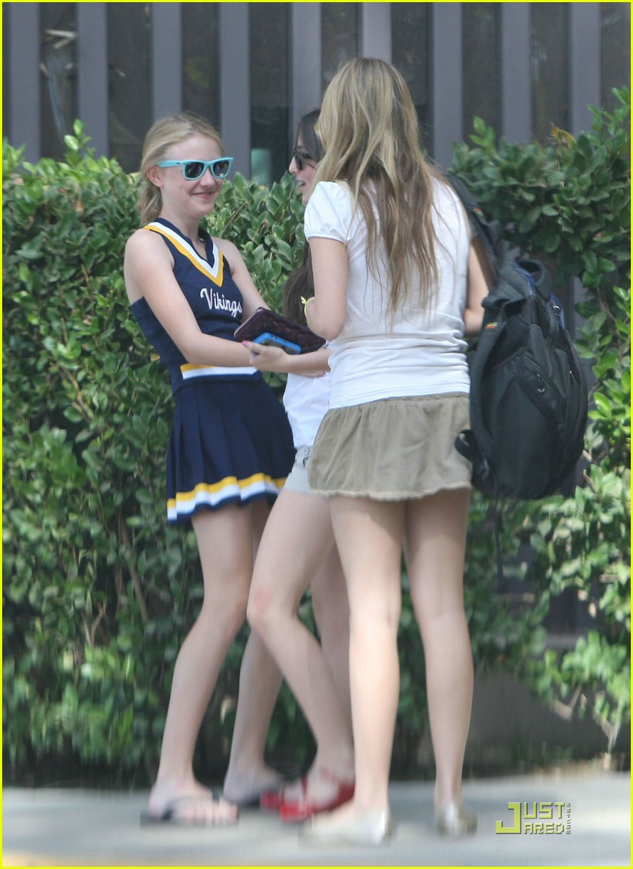 dakota fanning cheerleader 031490331