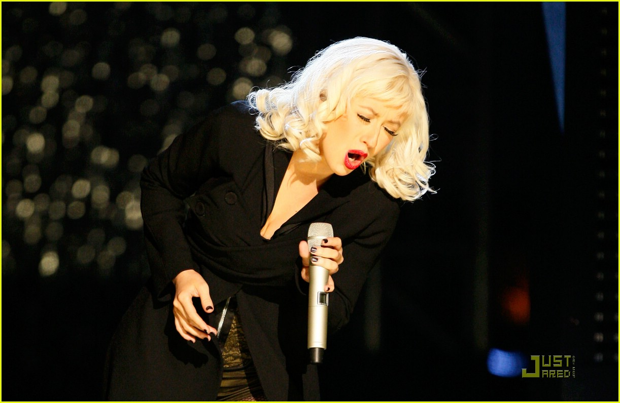 christina aguilera performs 2008 american music awards181561281