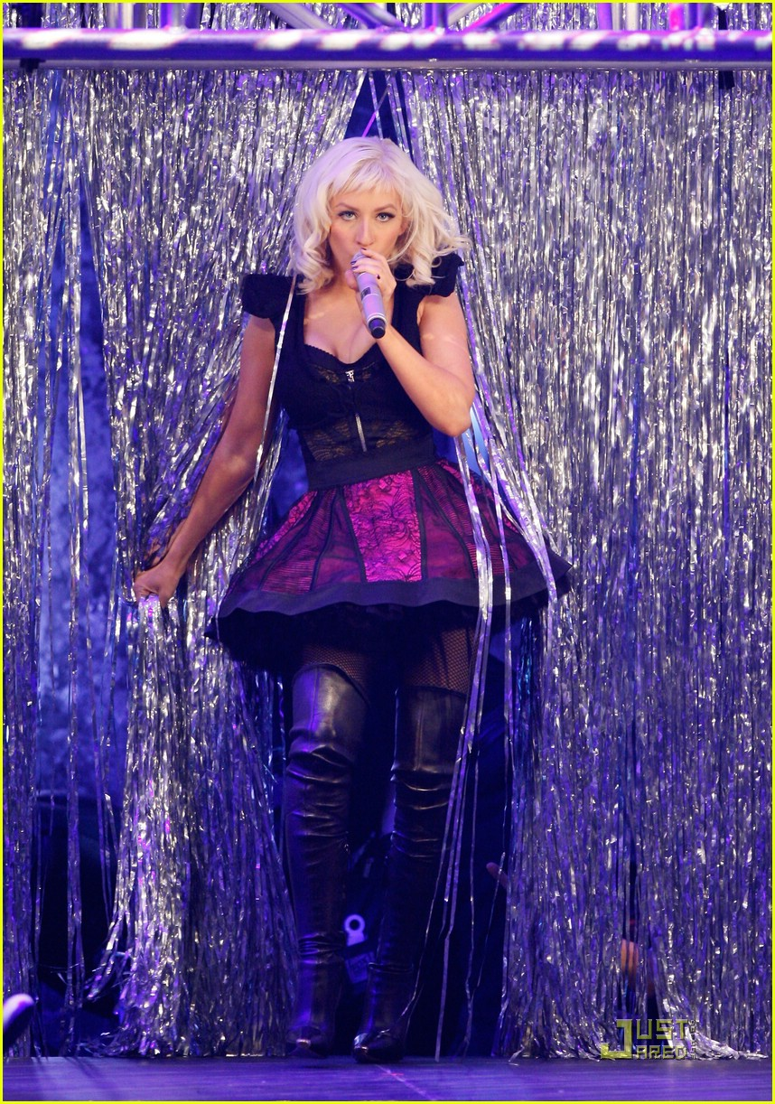 christina aguilera performs 2008 american music awards25