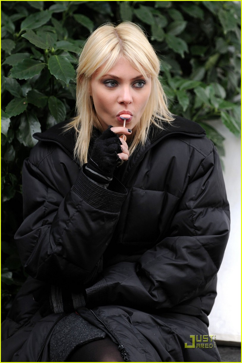 full sized photo of taylor momsen lollipop 12 photo 1565431 just