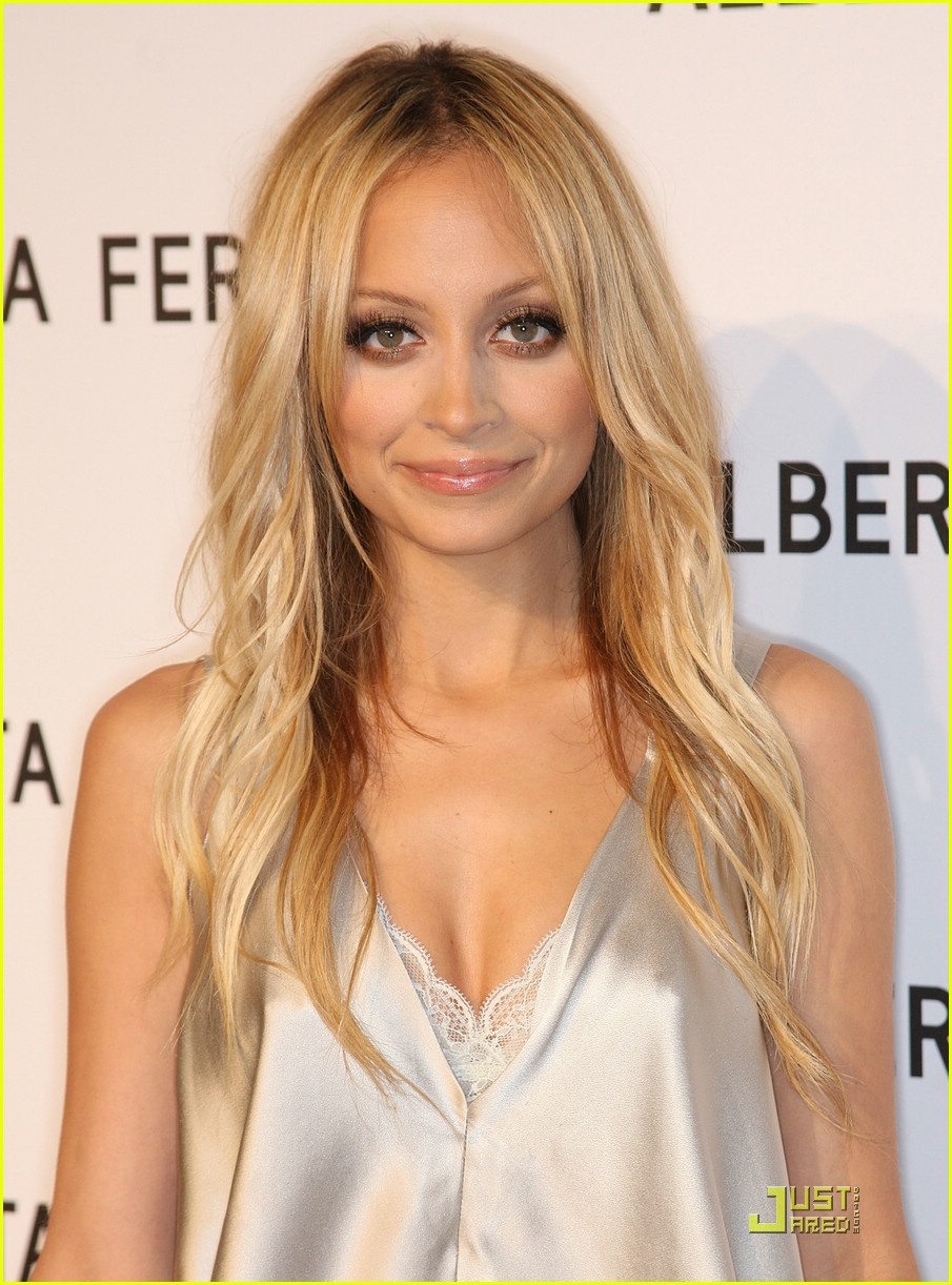 The 35-year old daughter of father Peter Michael Escovedo and mother Brenda Harvey-Richie, 155 cm tall Nicole Richie in 2017 photo