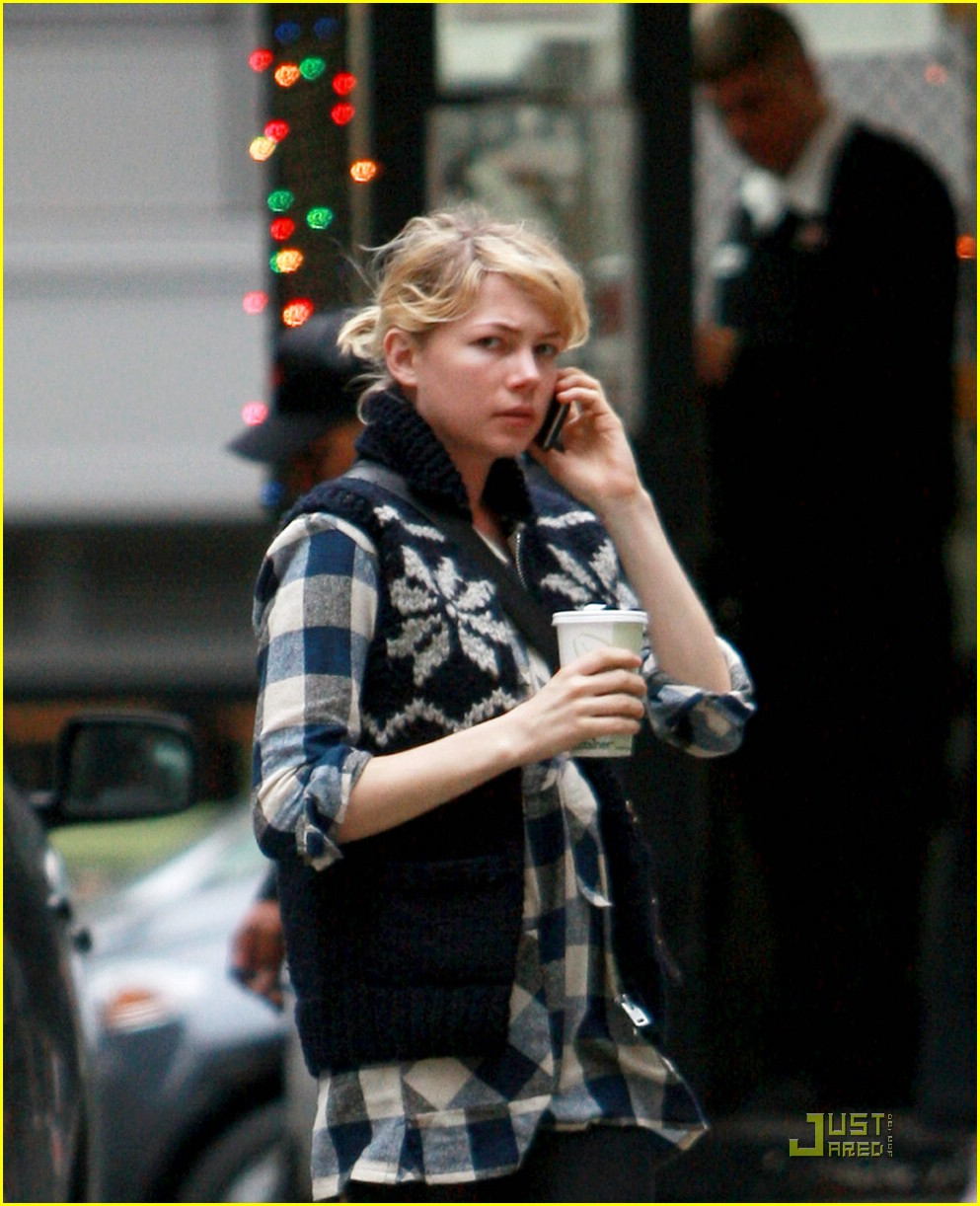 Full Sized Photo of michelle williams wendy lucy gift 02 ... Michelle Williams