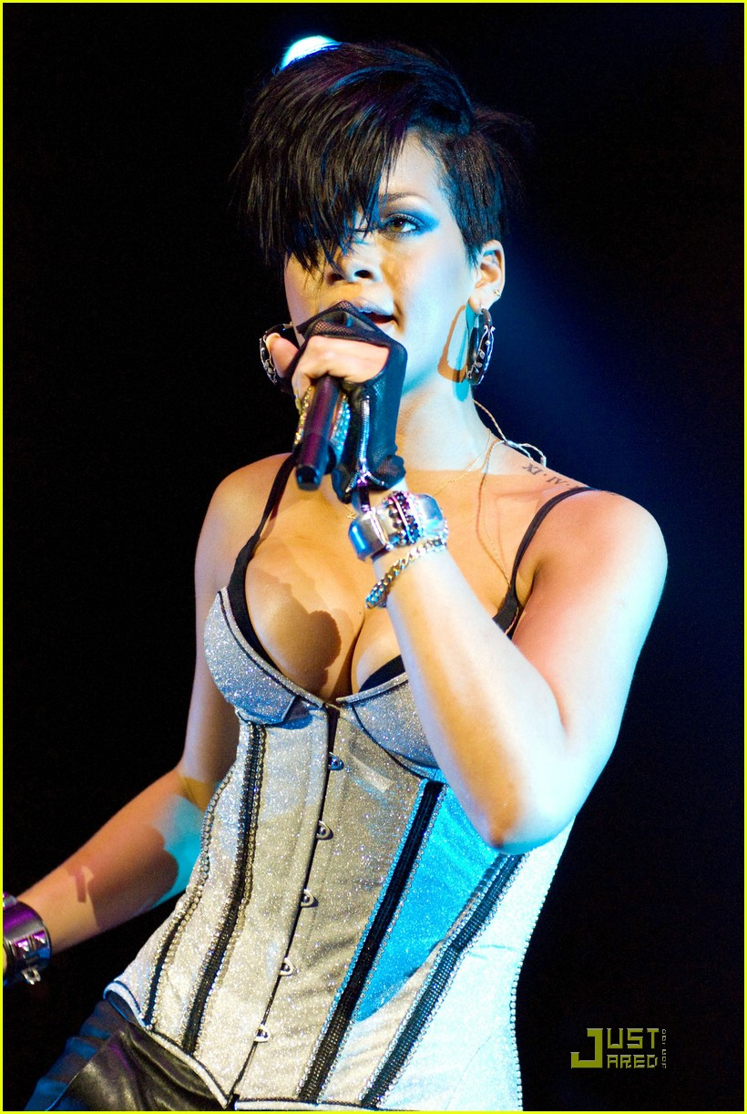 rihanna b96 jingle bash 02
