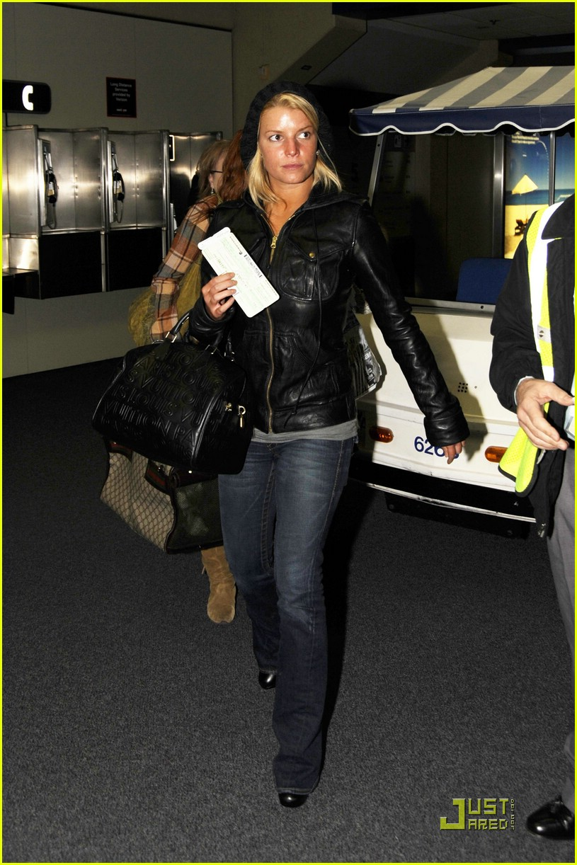 jessica simpson dallas airport 02