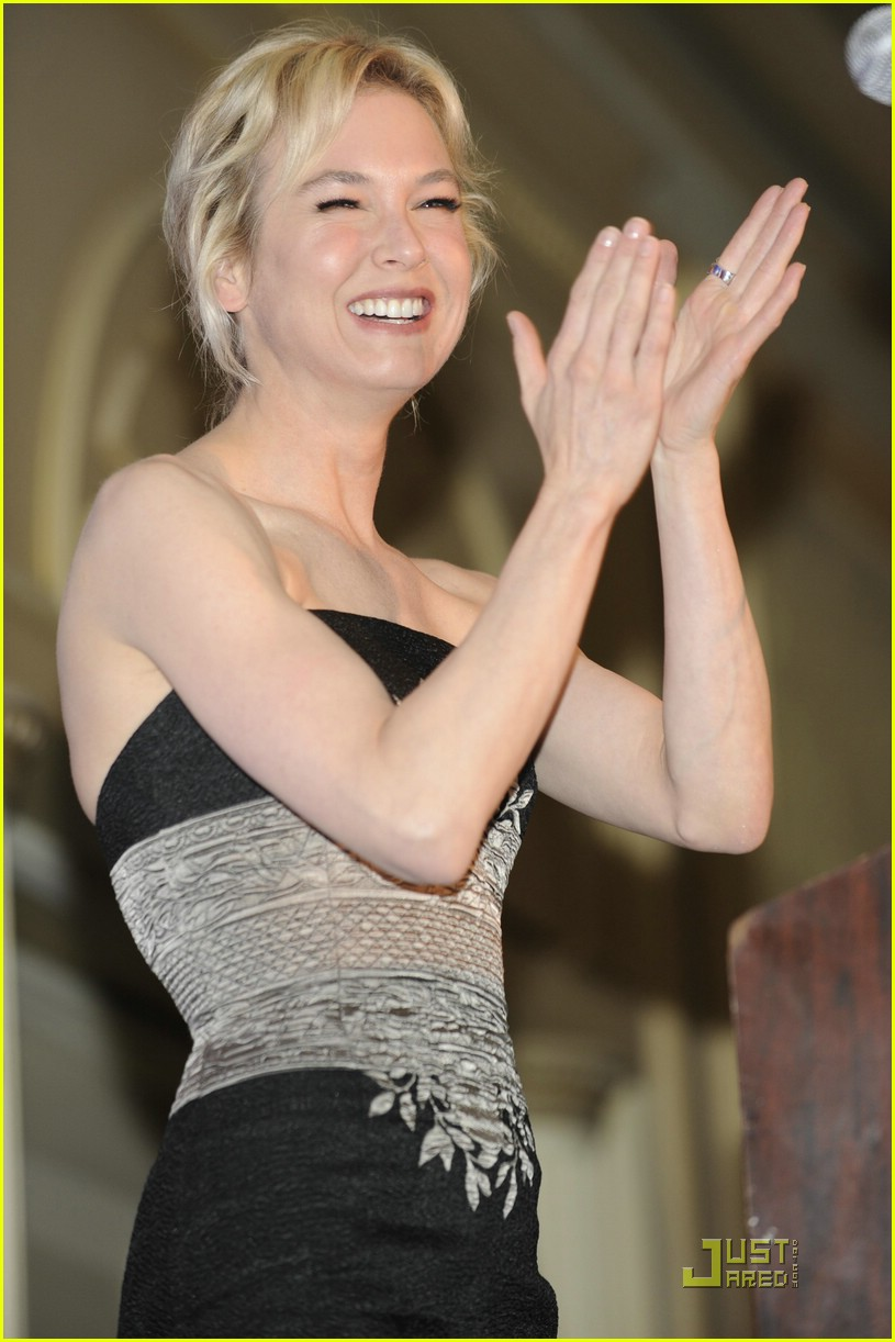 Renee Zellweger Smiles for Soliders