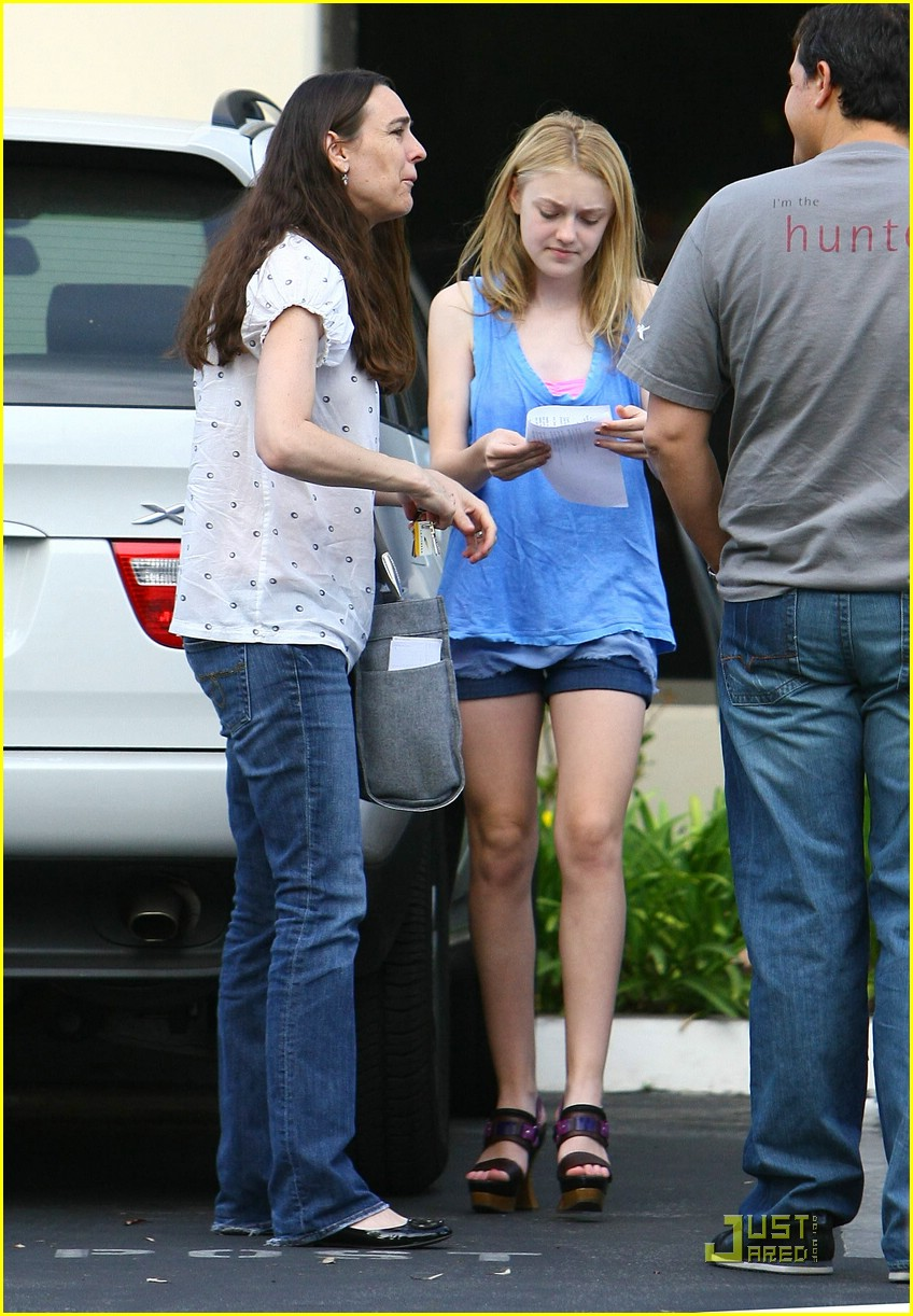 dakota fanning giggly girl 081869681