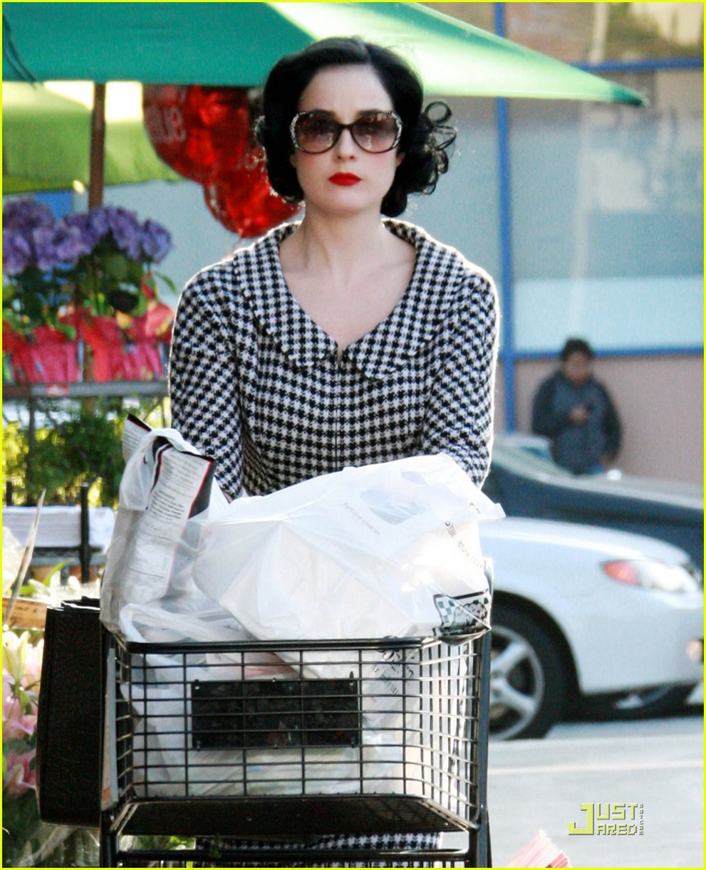 dita von teese grocery shopping 08