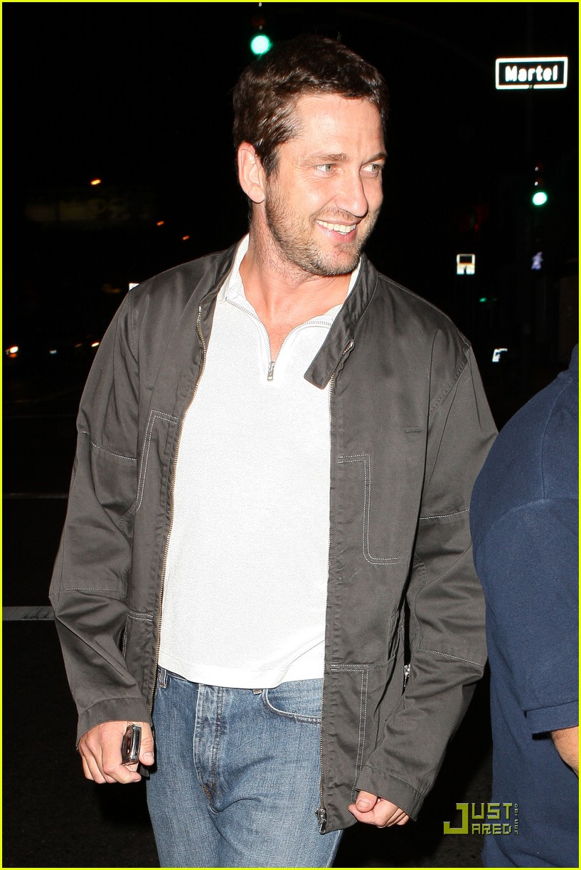 gerard butler visits village idiot 02