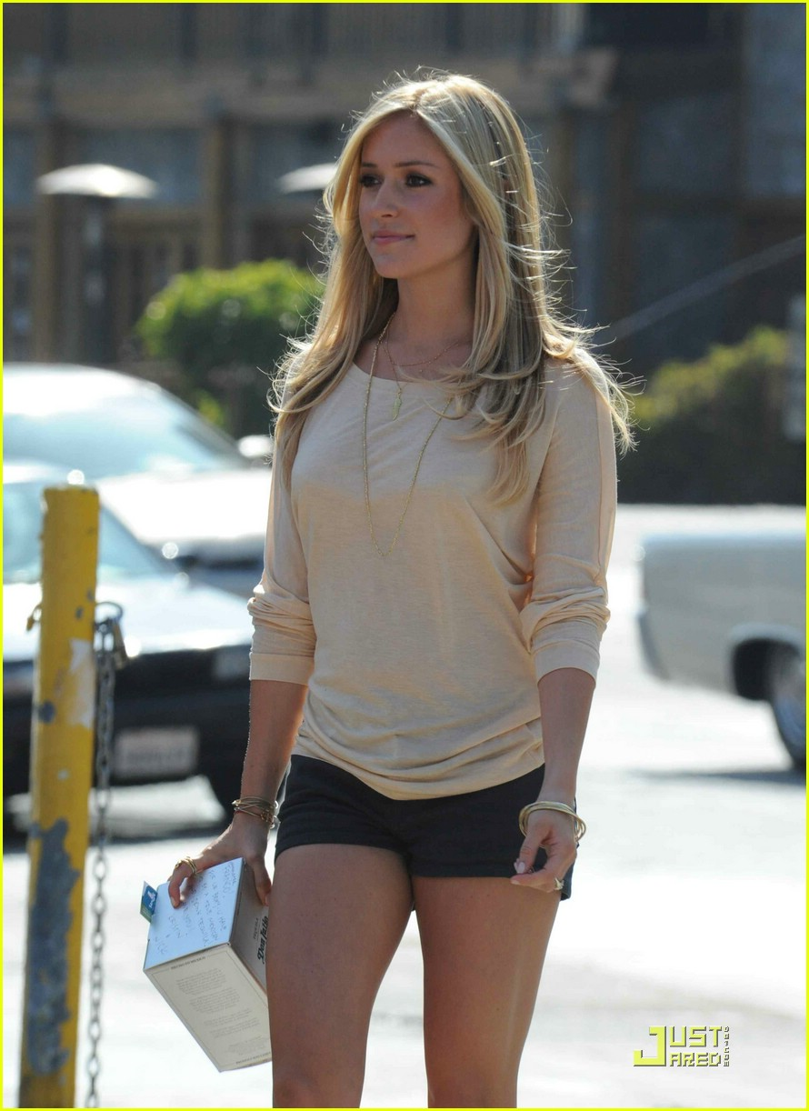 kristin cavallari pinches tacos on the hills 01