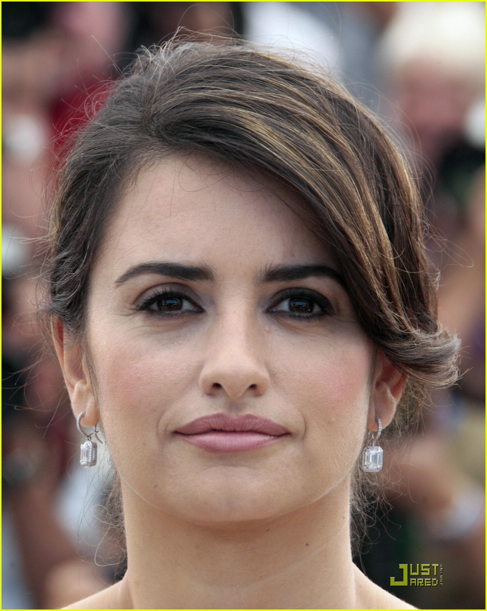 penelope cruz embraces cannes 02