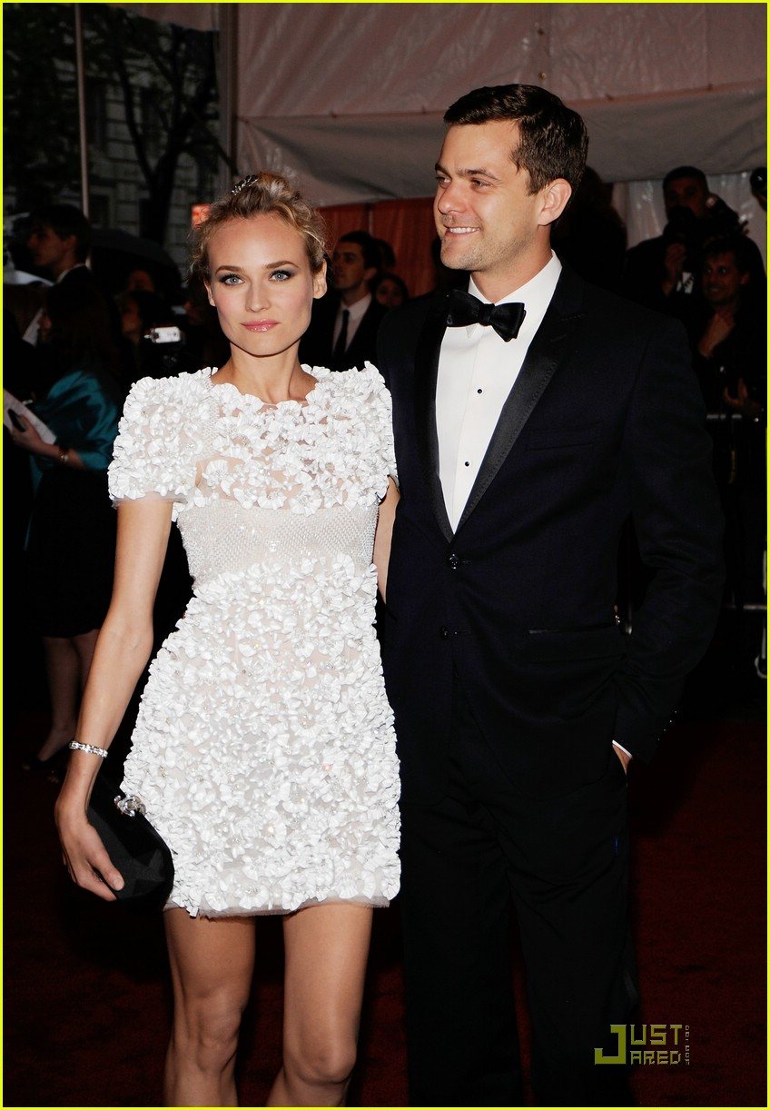 diane kruger joshua jackson kissing couple 08