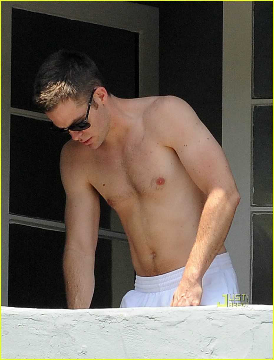 chris pine shirtless picking nose 06