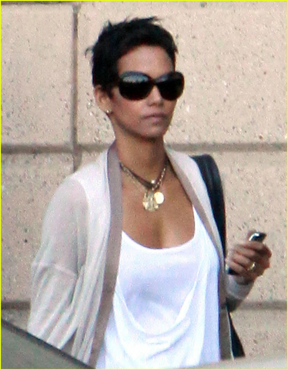 Halle Berry Comes Up Short Photo 1942391 Halle Berry Pictures Just Jared