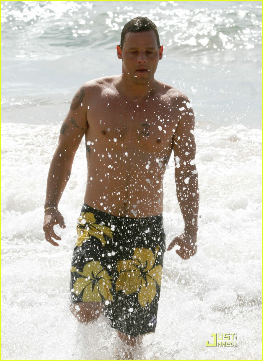 justin chambers shirtless beach 19