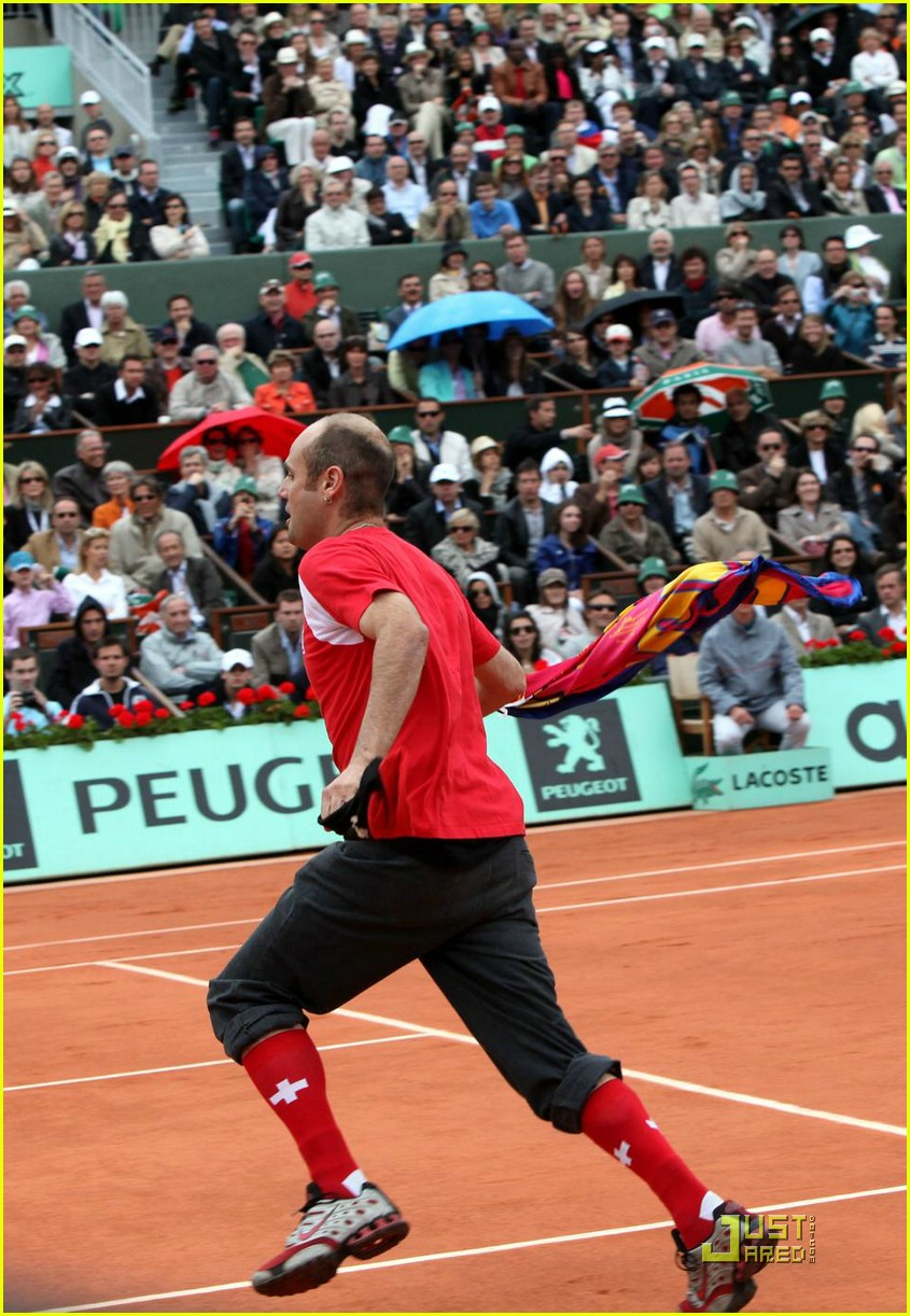 roger federer attacked at french open 04