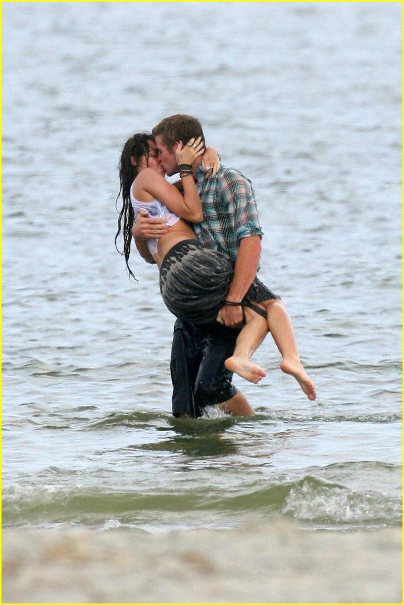 miley cyrus liam hemswroth kiss 15