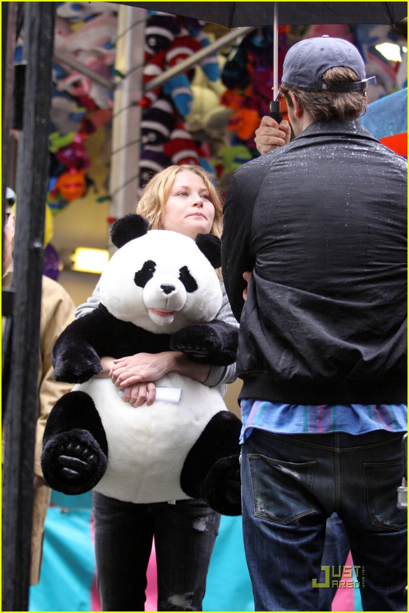robert pattinson emilie de ravin bear hug 03