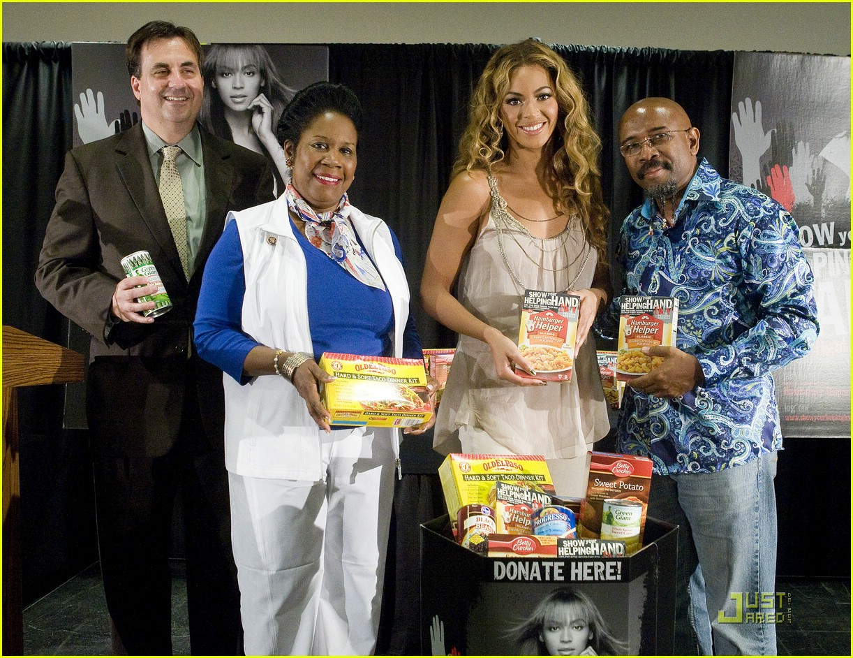 beyonce shows a helping hand 032033511
