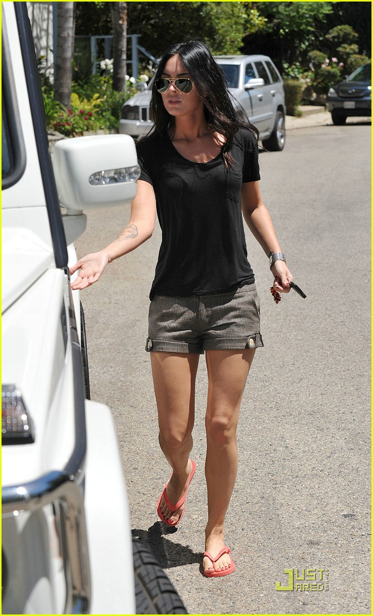 http://cdn04.cdn.justjared.com/wp-content/uploads/2009/07/megan-hunting/megan-fox-house-hunting-07.jpg