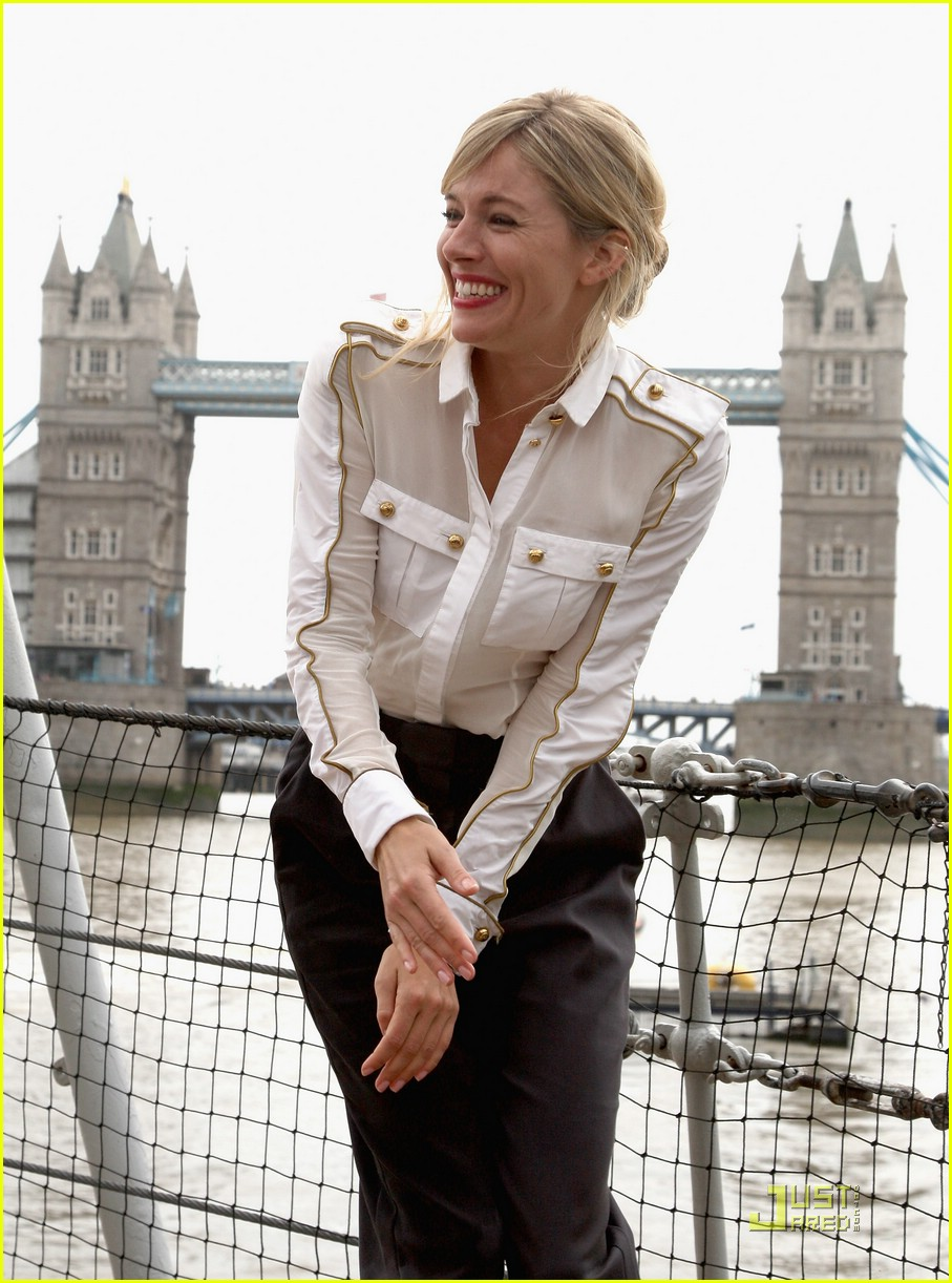 sienna miller wet pants 01