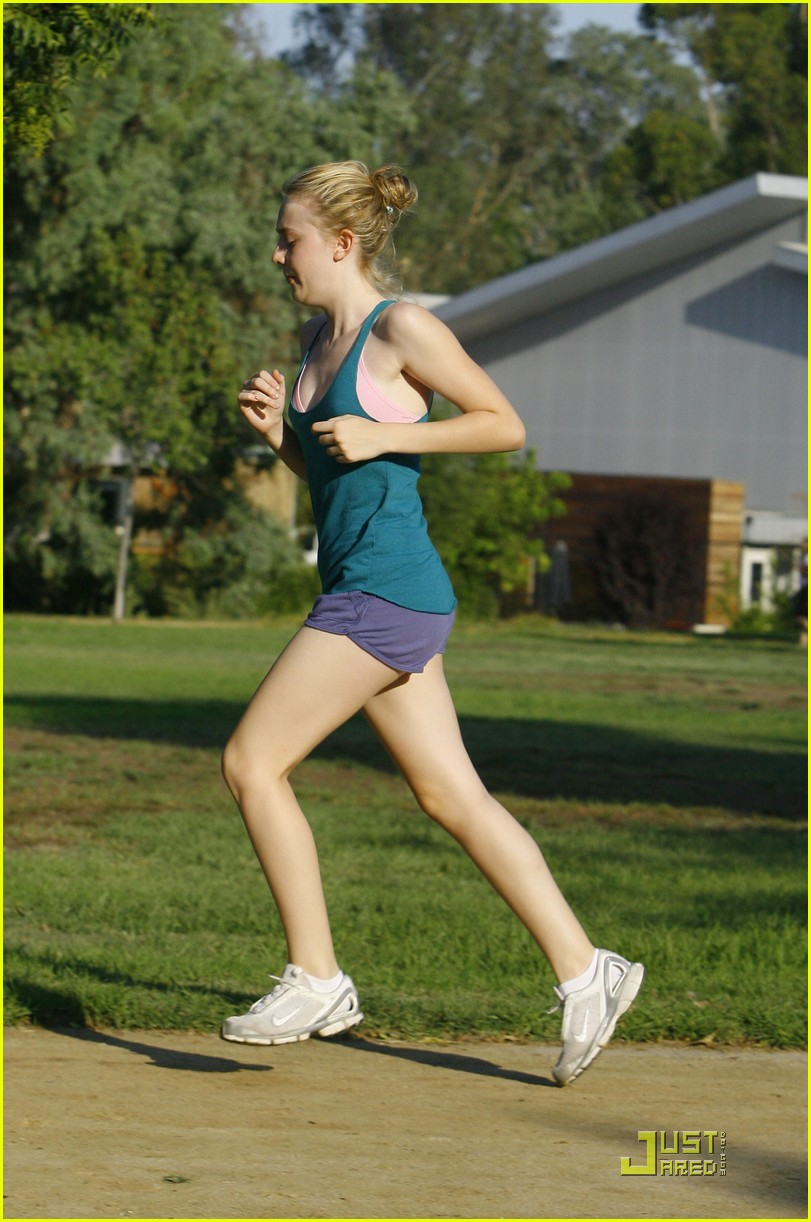 dakota fanning jolly jogger 07